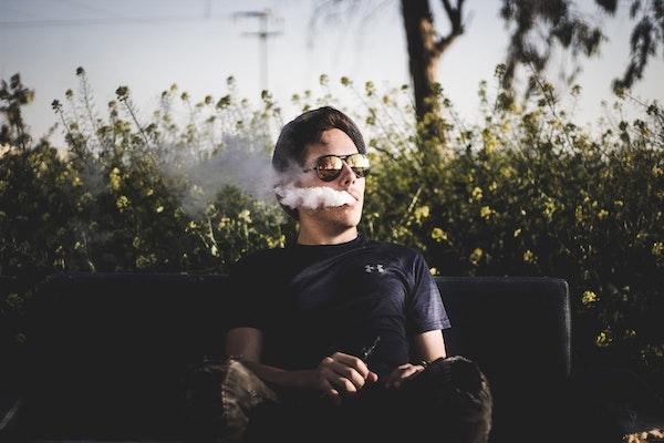 加熱式たばこを吸う男性