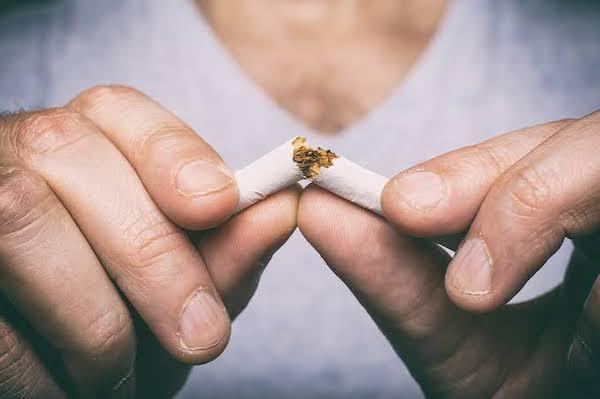 タバコをへし折る