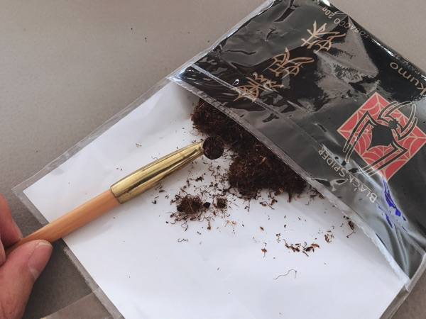 黒蜘蛛喫煙
