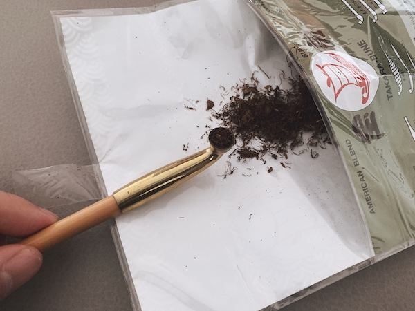 煙管に葉を詰める