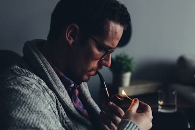 パイプを吸う男性